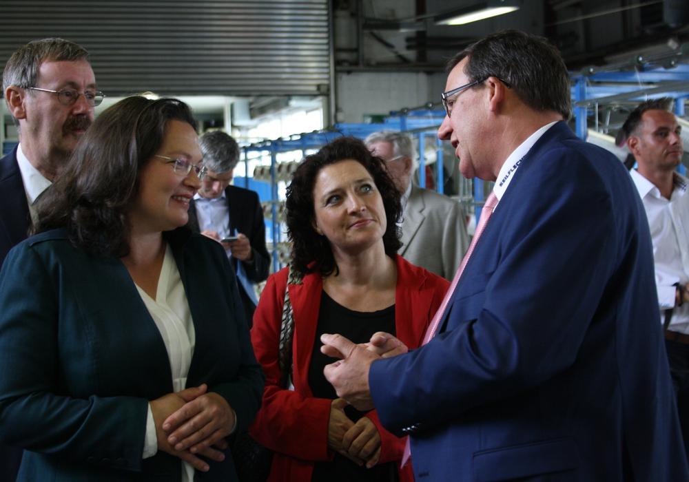 Andreas Nahles (links) und Dr. Carola Reimann zu Besuch in der Firma Seilflechter Tauwerk. Foto: Cornelia Winter
