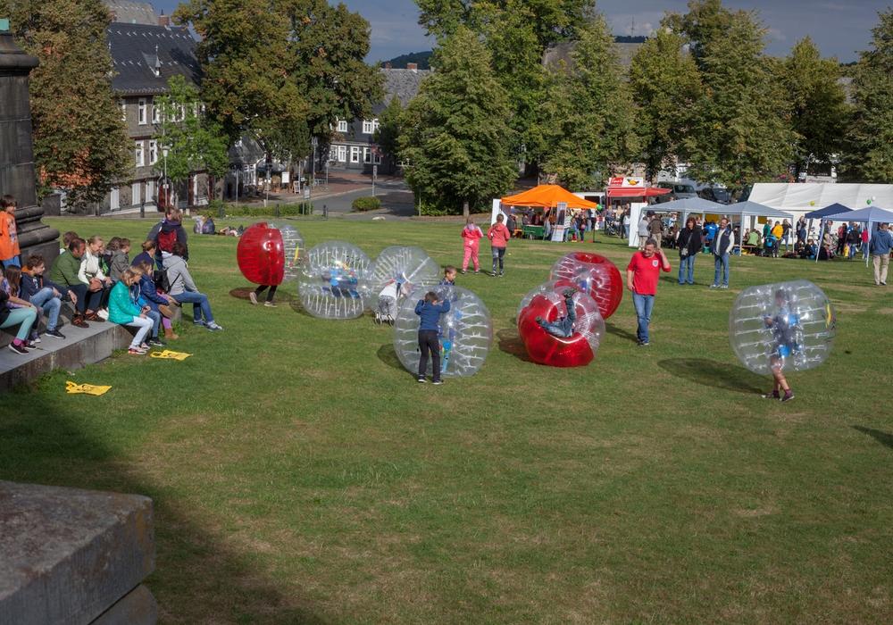 Auf der Kaiserpfalzwiese ging es ab 15 Uhr am Dienstag rund: Viele Spiele und Mitmachangebote wurden ausgiebig genutzt. Foto: Alec Pein
