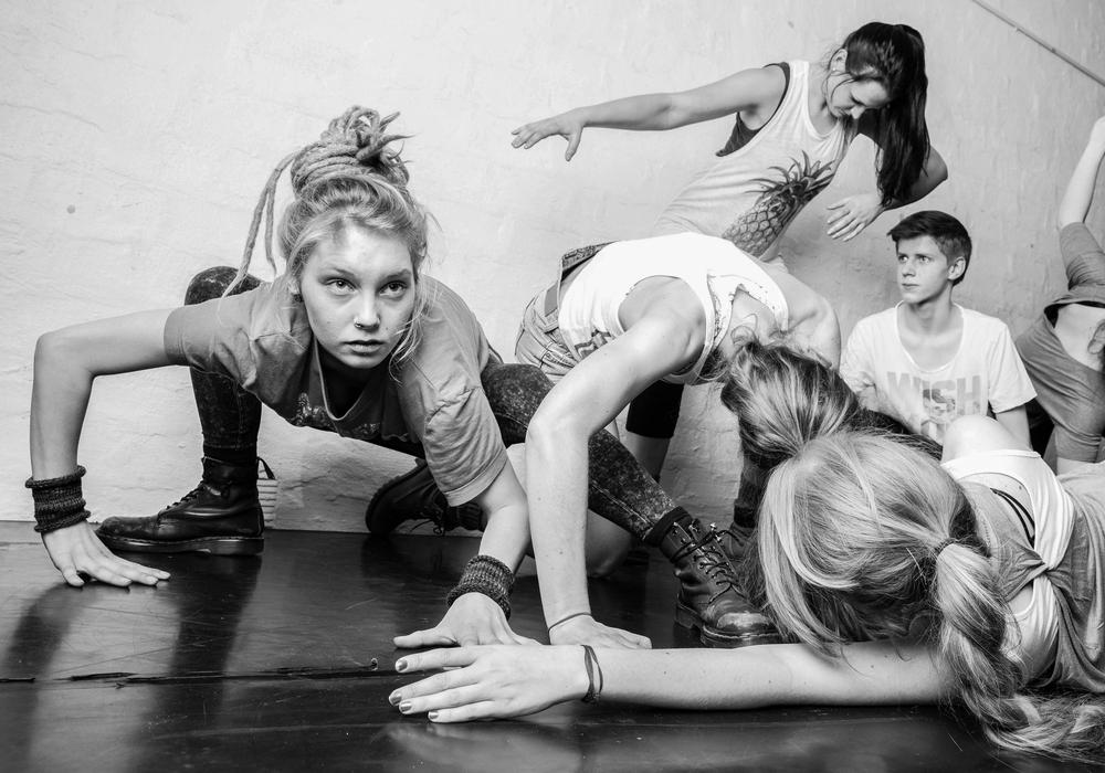 """Der Tanztheaterklub vom TPZ. und LOT-Theater laden am 4. und 5. Juni in das Stück """"ok. und los."""". Ab 20 Uhr wird das Stück im LOT-Theater aufgeführt. Foto: LOT-Theater"""