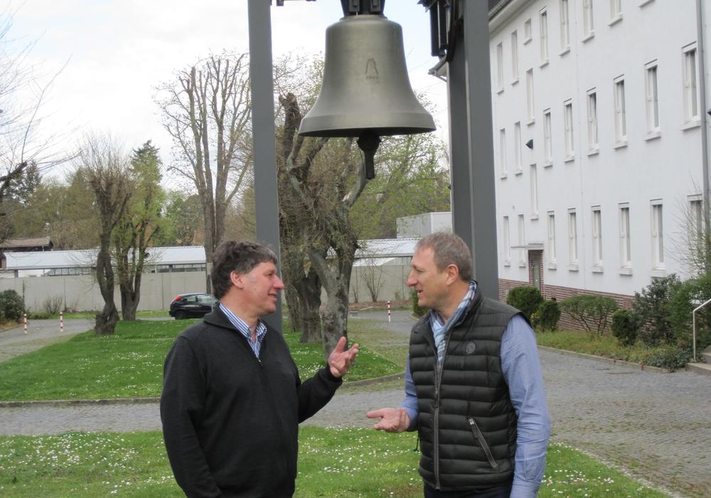 Landesjugendpfarrer Lars Dedekind (rechts) im Gespräch mit  Propsteijugenddiakon Reiner Strobach auf dem Kirchencampus in Wolfenbüttel, Foto: Privat