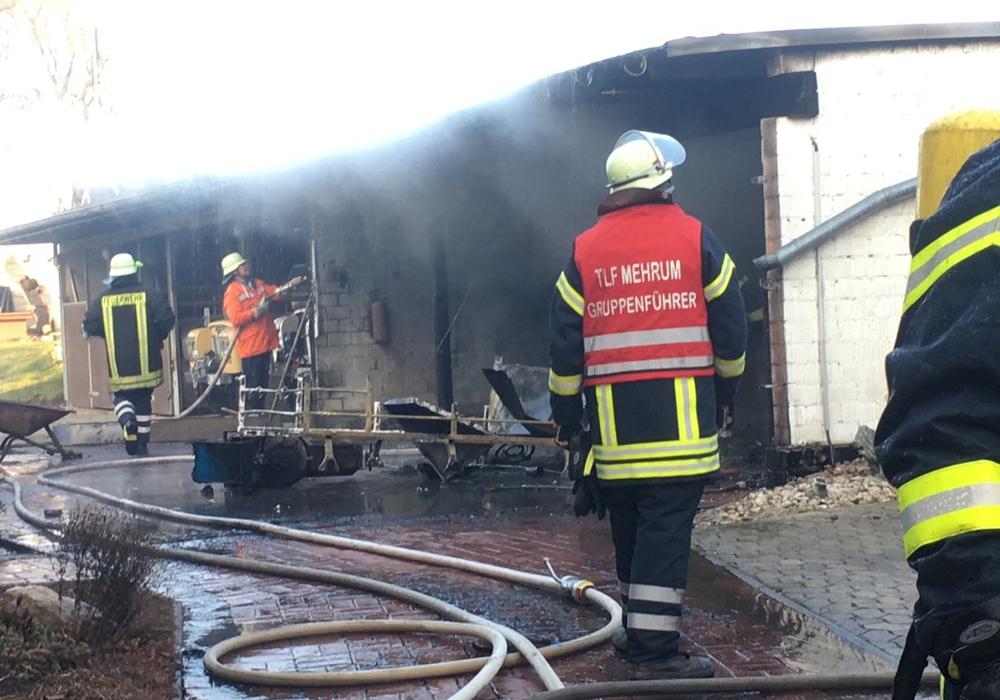 Löscharbeiten beim Brand eines Stallgebäudes in Bierbergen. Foto: Frederick Becker