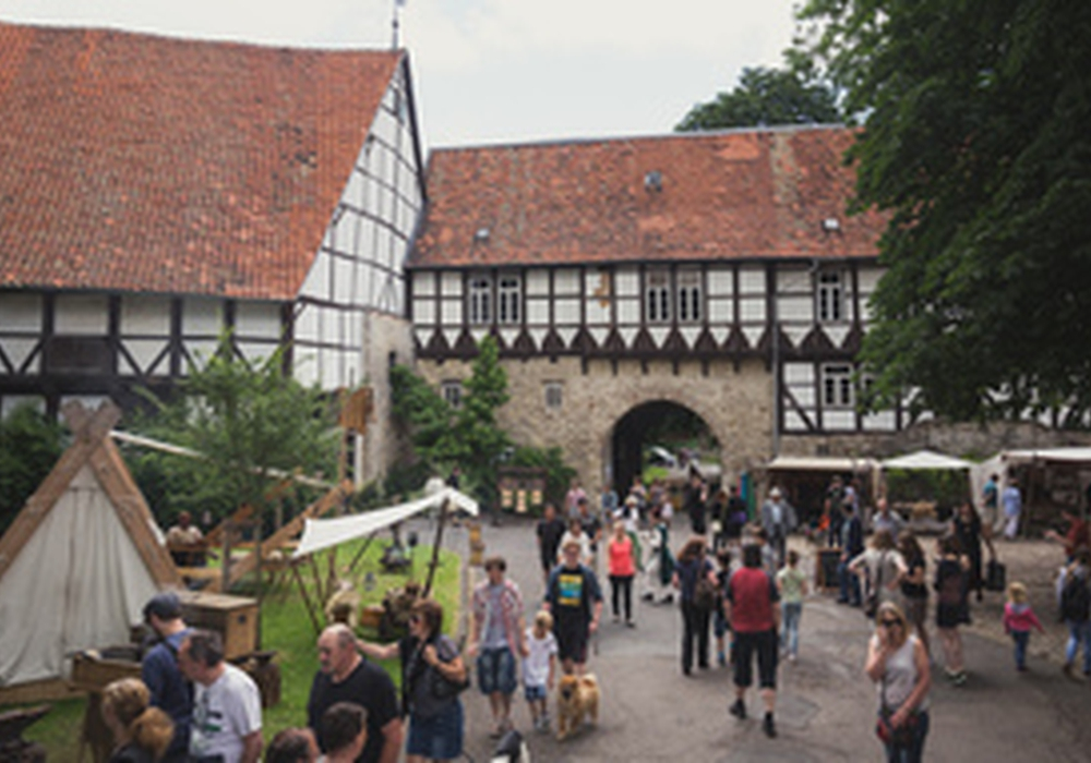 Die Wasserburg verwandelt sich in einen mittelalterlichen Marktplatz. Foto: Stadt Salzgitter