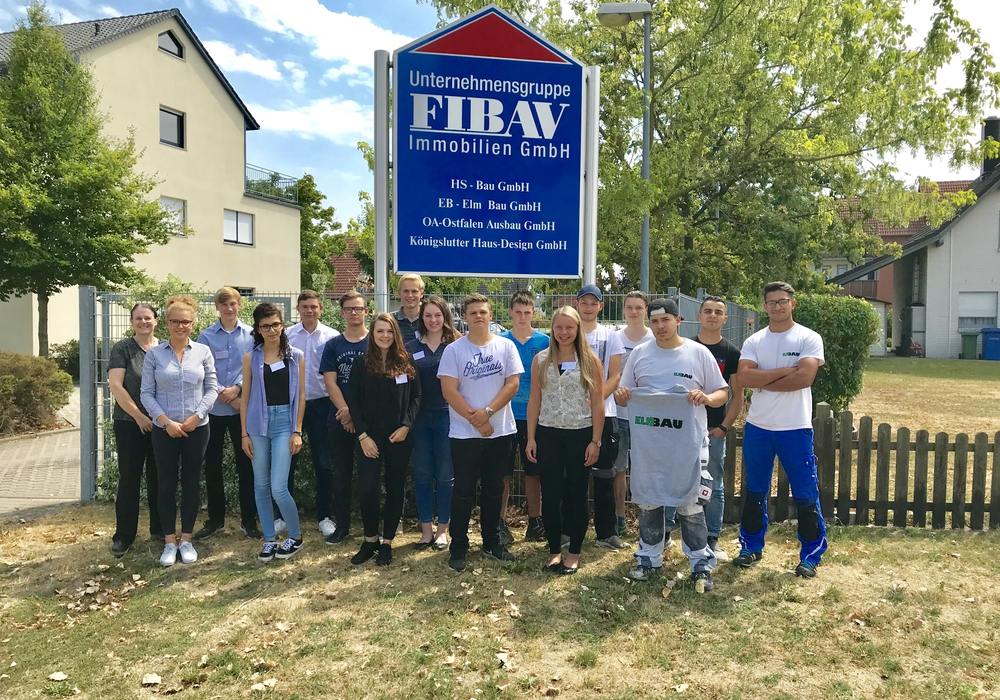 Personalleiterin Astrid Schöffel (links) und die neue Auszubildenden der FIBAV Unternehmensgruppe. Foto: FIBAV