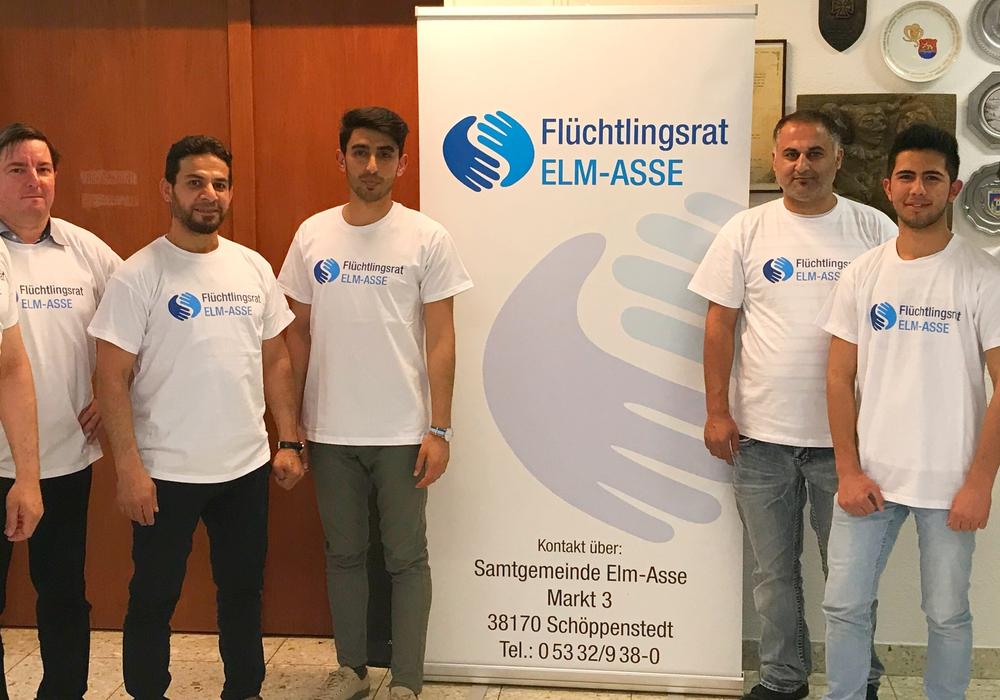 Einige Vertreter des Flüchtlingsrates, mit Ehrenamtlichen bei der Übergabe der Werbematerialien. Foto: Samtgemeinde Elm-Asse