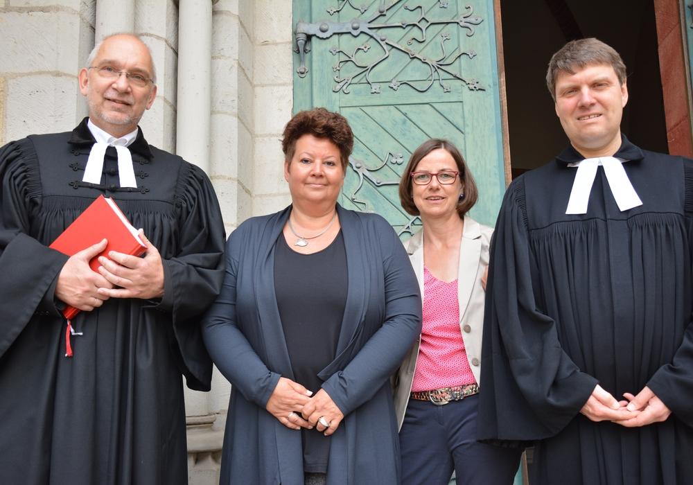 Superintendent Dr. Volker Menke (von links) Judith Füldner Sabine Klebe-Tarrey und Dr Sebastian Thier (beide Kitaverband) bei der Einführung. Foto: Kirchenkreis