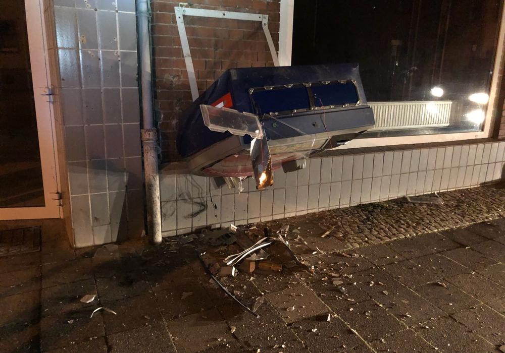 Nach der Explosion musste die Feuerwehr den qualmenden Automaten vorsorglich löschen. Foto: Feuerwehr Helmstedt