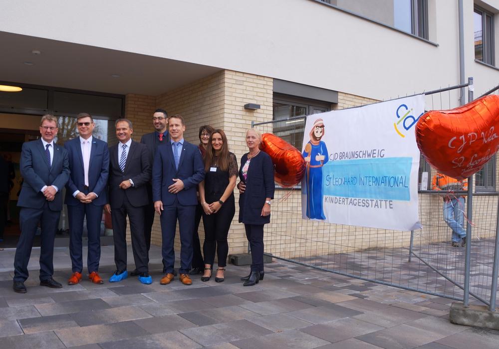 Von links: Uwe Klaue, Dirk Gähle, Kirk Chamberlain, Oliver Stier und Anke Schulz (alle CJD) sowie Ulrich Markurth (Mitte) und Erika Borek bei der Kita-Eröffnung. Foto: CJD Braunschweig, Salzgitter und Wolfsburg
