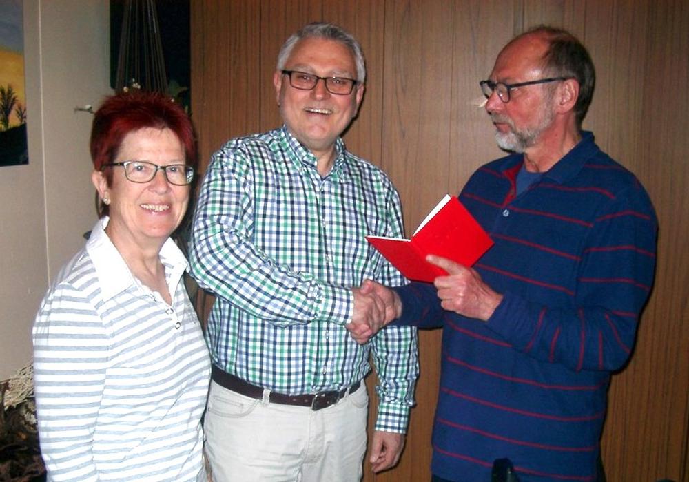 Neumitglied Bernd Kühling (Mitte) freut sich, sein Parteibuch der SPD von Paul Arzberger  vom  Ortsverein Weiße Schanze/Auguststadt überreicht zu bekommen. Foto: privat