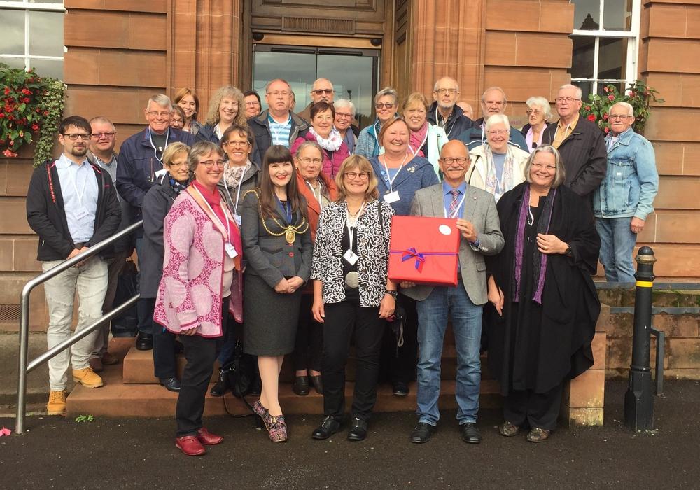 Gruppenbild mit der Bürgermeisterin Tracy Little vor dem Dumfries and Galloway Council. Foto: Dumfries Friends