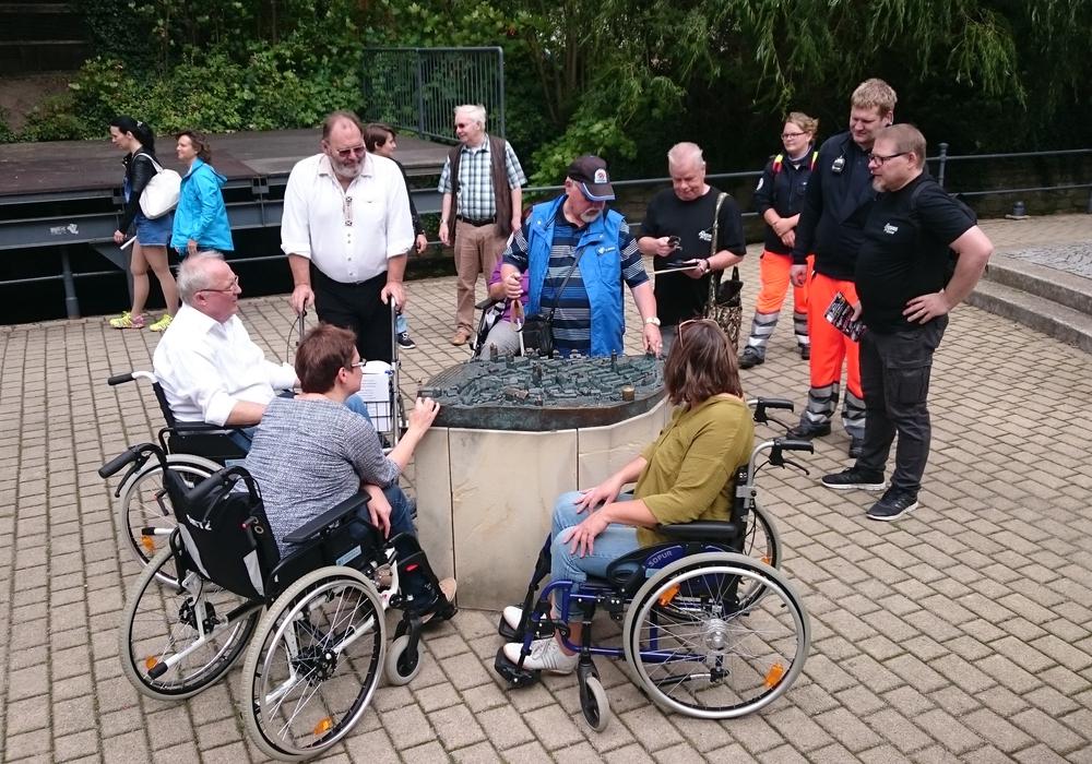 Am vergangenen Samstag machten sich einige Ratsmitglieder auf Rollstühlen durch die Goslarer Innenstadt. Fotos: Peter König