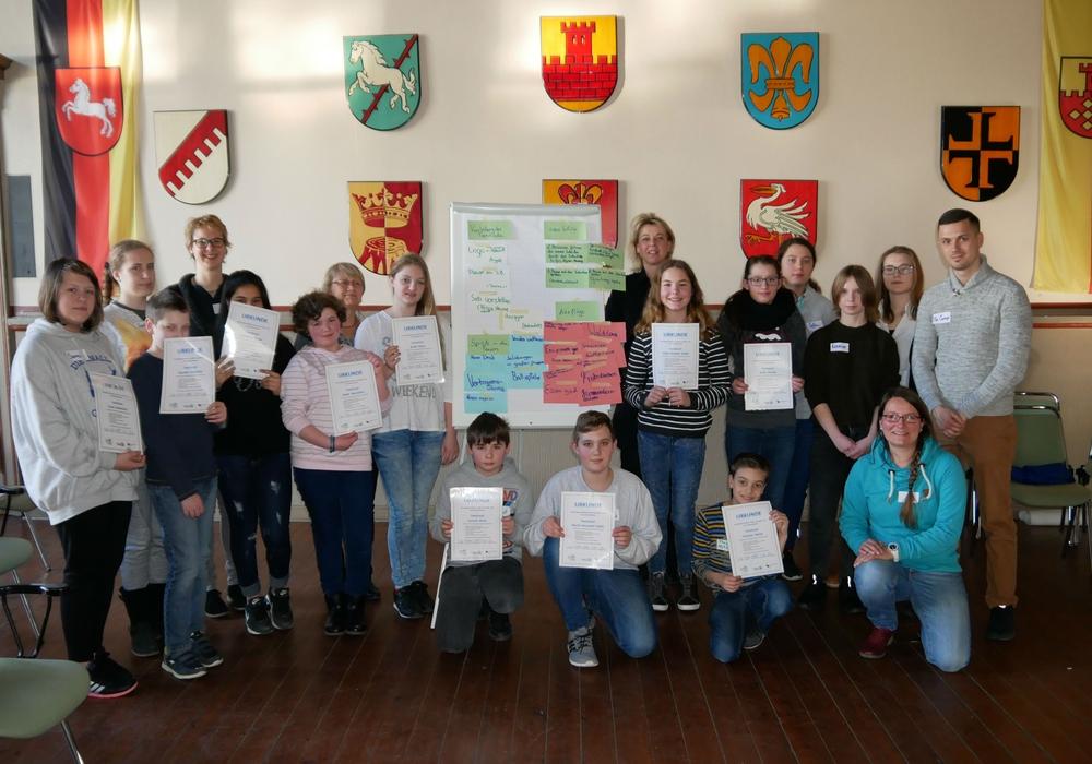 Die neuen TeenScouts präsentieren stolz ihre Urkunden. Foto: Alexander Panknin