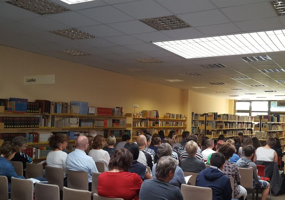 Junge Autoren des Gymnasiums Julianum präsentierten anlässlich des Welttages des Buches in der Stadtbücherei eigene ideenreiche Texte. Foto: Stadt Helmstedt