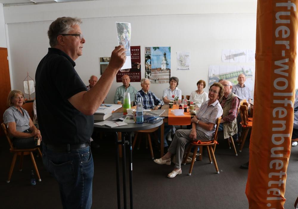 Dieter Kertscher informiert die CDU Senioren. Kreisvorsitzende Monika Bötel (links) und die weiteren Teilnehme hören zu. Foto: Lorenz