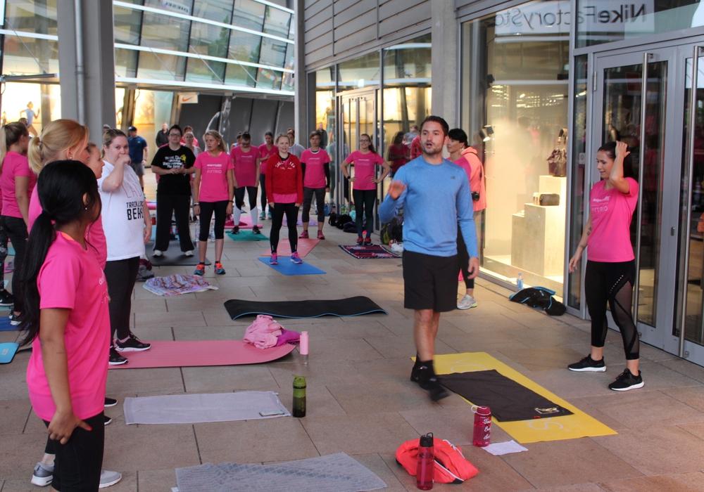 Louisa Dellert (re.) und vor allem Jan Körber leiteten die Fitnessstunde im Wolfsburger Outlet-Center. Fotos und Video: Alexander Dontscheff
