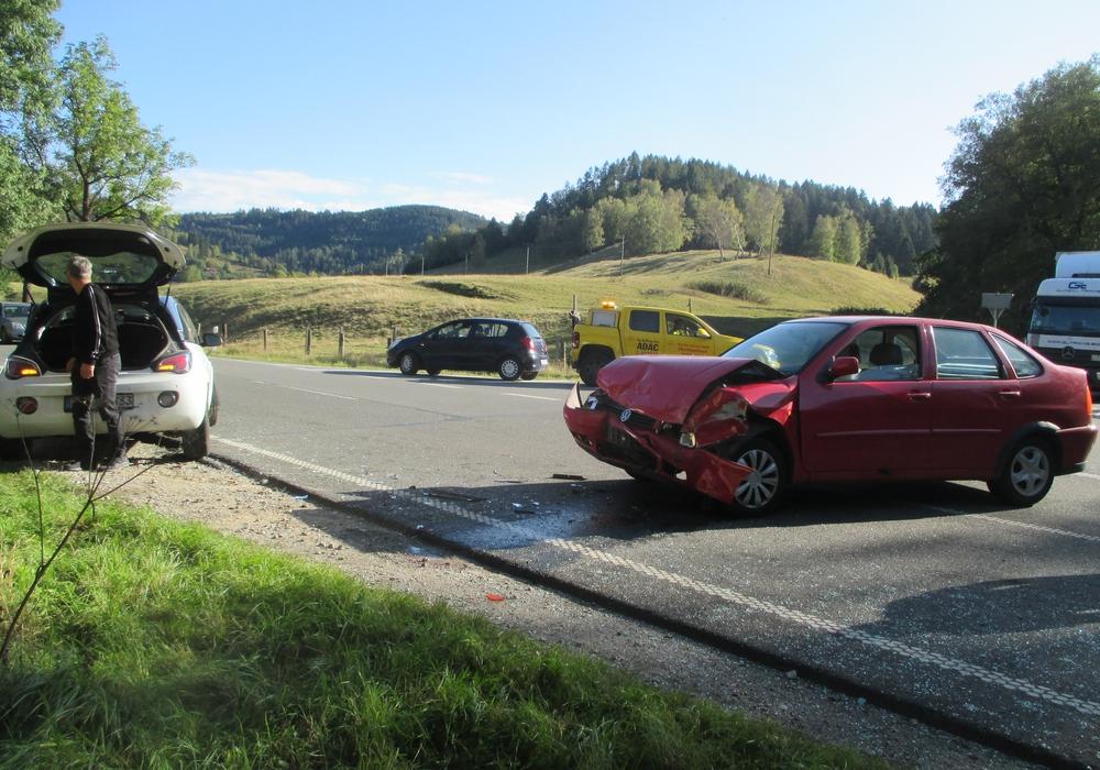Beide Fahrzeuge mussten abgeschleppt werden. Foto: Polizei