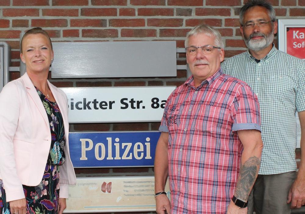 Dunja Kreiser, Thomas Klusmann und Reinhold Briel auf der Polizeiwache in Cremlingen. Foto: SPD