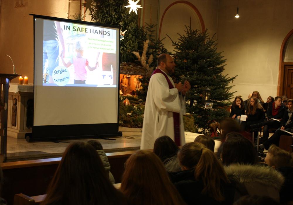 Pfarrer Eggers sprach zu den Jugendlichen über die Kraft, die von Weihnachten ausgeht. Fotos: THG