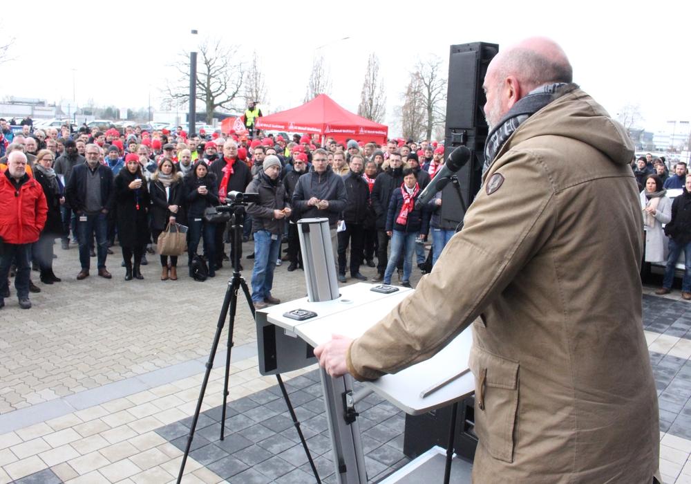 Beim Streikfreitag im März unterstützte Bernd Osterloh die Kollegen bei der IAV in Gifhorn. Foto: Sandra Zecchino