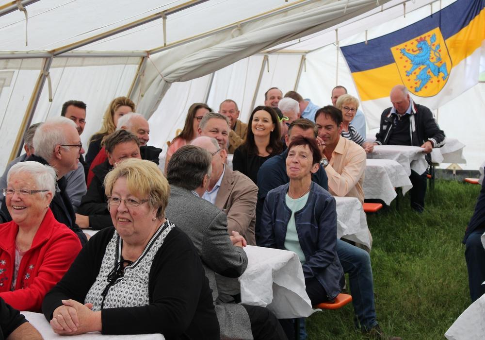 Zum Promifrühstück kamen viele Gäste ins Zeltlager der Jugendfeuerwehr Fallersleben. Fotos: Christoph Böttcher