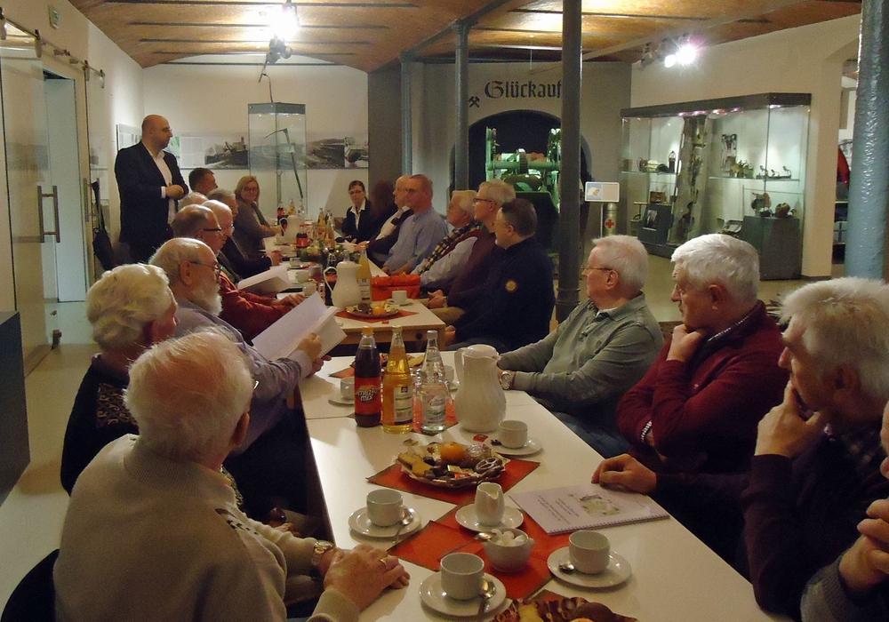 Kulturdezernent Eric Neiseke (links stehend) lobte die Arbeit der Ortsheimatpflegerinnen und –pfleger. Fotonachweis: Stadtarchiv Salzgitter