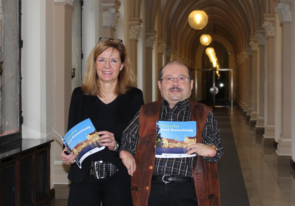Im Rathaus stellten Dr. Andrea Hanke und Dr. Burkhard Wiegel die aktuelle Broschüre vor. Foto: Nick Wenkel