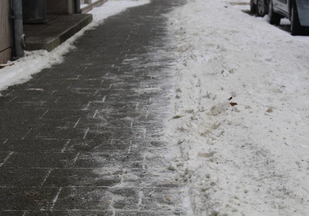 Wer den Fußweg vor der eigenen Wohnung nicht freihält, dem können hohe Geldbußen drohen. Symbolfoto: Jan Borner