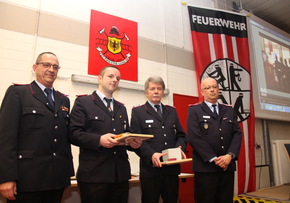 von links: Stadtbrandmeister Christian Hellmeier, Christian Helmers (25 Jahre), Klaus Rosenplänter (40 Jahre) und Ortsbrandmeister Olaf Laue. Foto: Feuerwehr Goslar