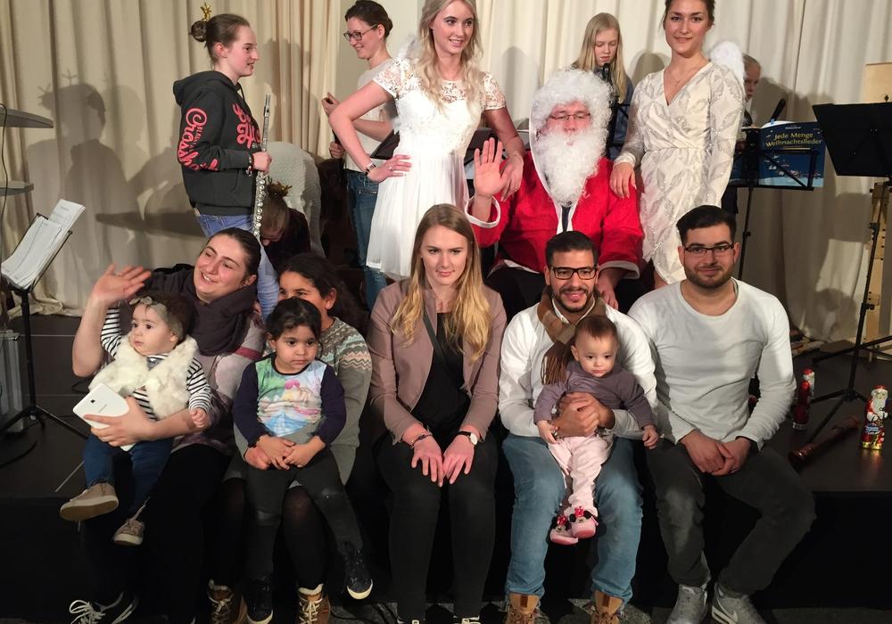 Der Weihnachtsmann und seine beiden Engel standen natürlich im Mittelpunkt der Veranstaltung. Foto: AWO Braunschweig