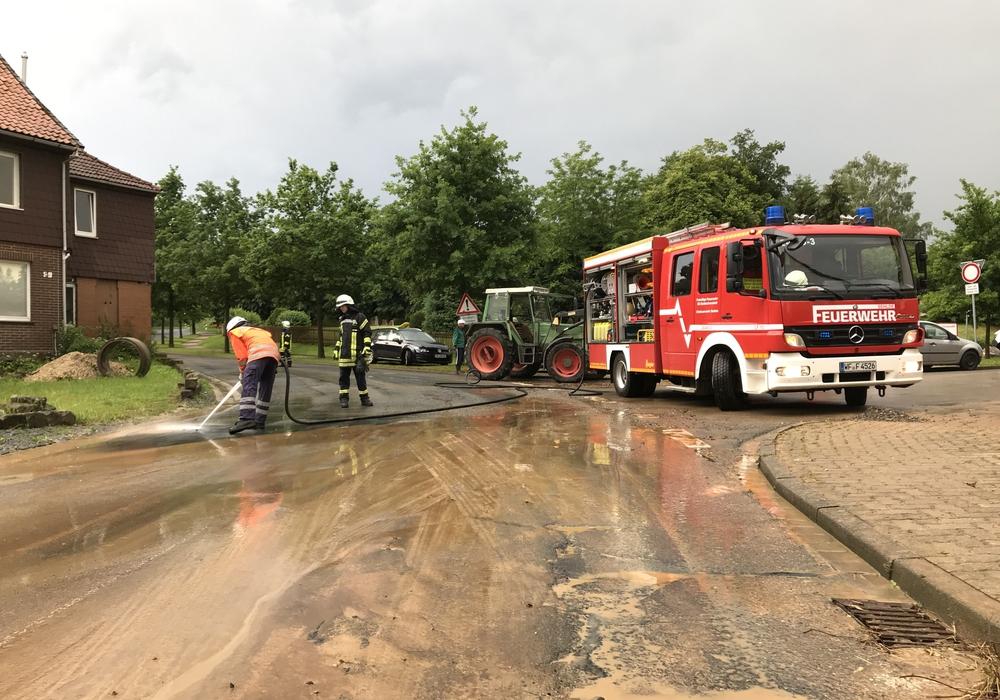 Der Starkregen konnte vom Boden nicht aufgenommen werden. Foto: Feuerwehr