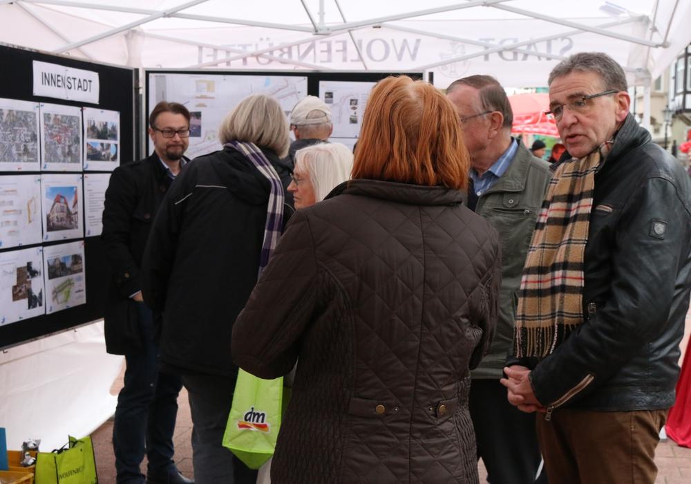 Mit einem Informationsstand haben sich Bürgermeister Thomas Pink (rechts im Bild) und die Stadtverwaltung vor Bankhaus Seeliger gestellt, um mit den Bürgern ins Gespräch zu kommen. Fotos: Werner Heise