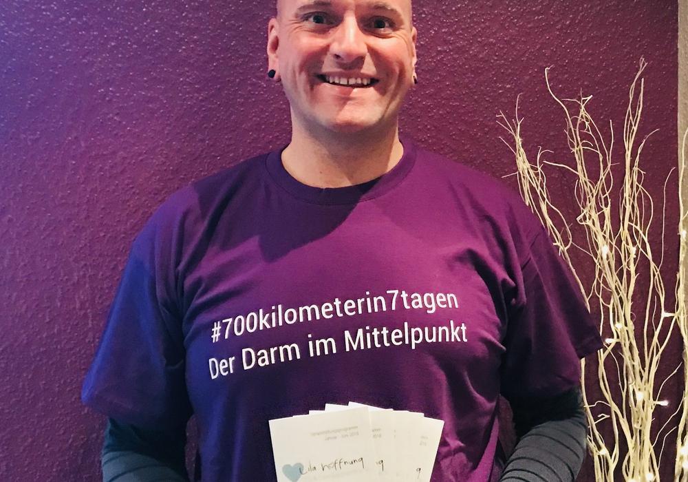 Sven Busse macht sich mit dem Rad für Darmpatienten auf den Weg. Foto: Lila Hoffnung