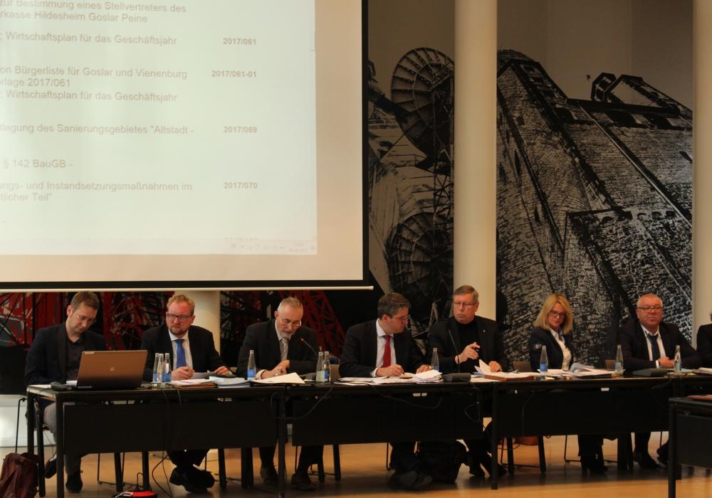 Der Stadtrat traf sich am Dienstag im Sitzungssaal des Kreishauses in der Klubgartestraße. Foto: Frederick Becker