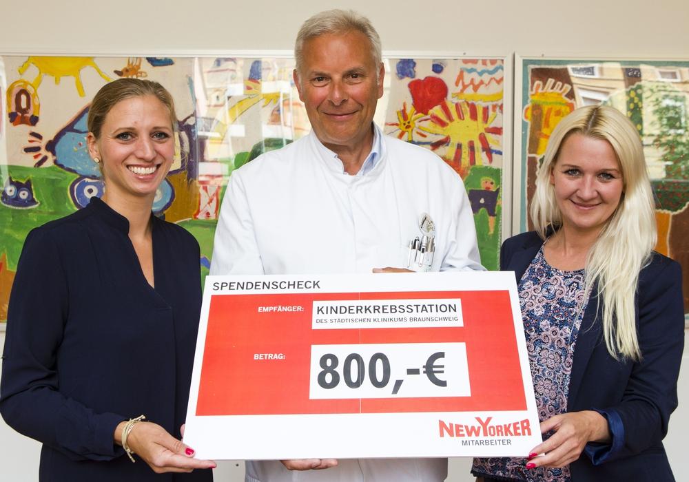 Die New Yorker-Mitarbeiter spendeten 800 Euro an die Kinderkrebsstation. Foto: Klinikum/Scheibe