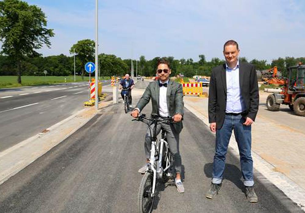 VWI-Projektleiter Achim Spehr (r.) auf dem neuen Radweg. Foto: VWI