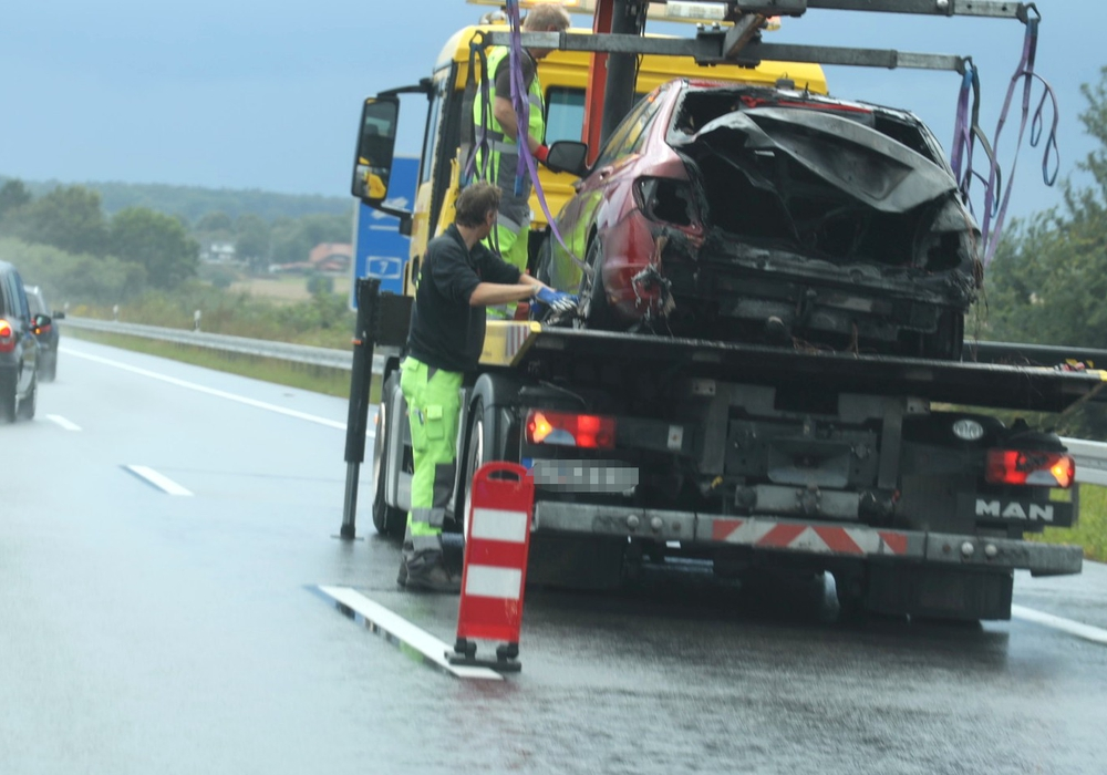 Das Auto musste abgeschleppt werden. Foto: Rudolf Karliczek