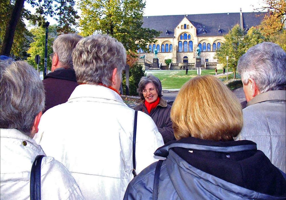 Die Bedeutung und Attraktivität des Weltkulturerbes Altstadt Goslar an Einwohner und Touristen nachhaltig zu vermitteln ist auch Aufgabe der Stadtführergilde in der Kaiserstadt. Foto: mvg/Henning Fränkel.