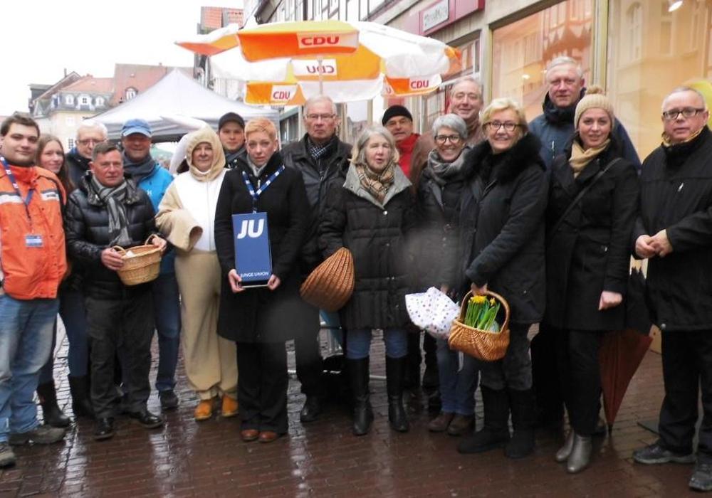 Die CDU war gestern mit ihrem Osterstand in der Fußgängerzone vertreten. Trotz der naßkalten Witterung herrschte gute Stimmung. Foto: CDU