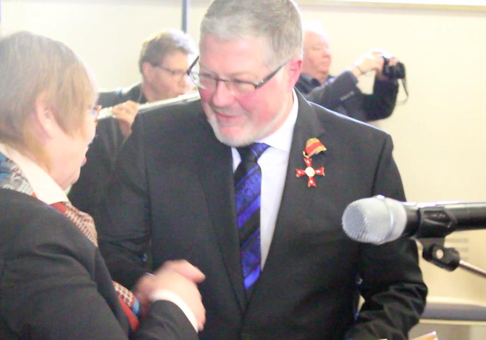 Die erste Stadträtin Christa Frenzel verlieh Markus Müller das Bundesverdienstkreuz. Foto/Videos: Nino Milizia
