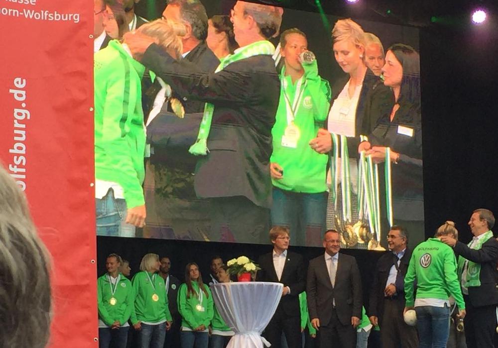 Als Mannschaft ehrt die Stadt in besonderer Weise die Profifußballerinnen der 1. Frauenmannschaft des VfL Wolfsburg. Foto: Nino Milizia