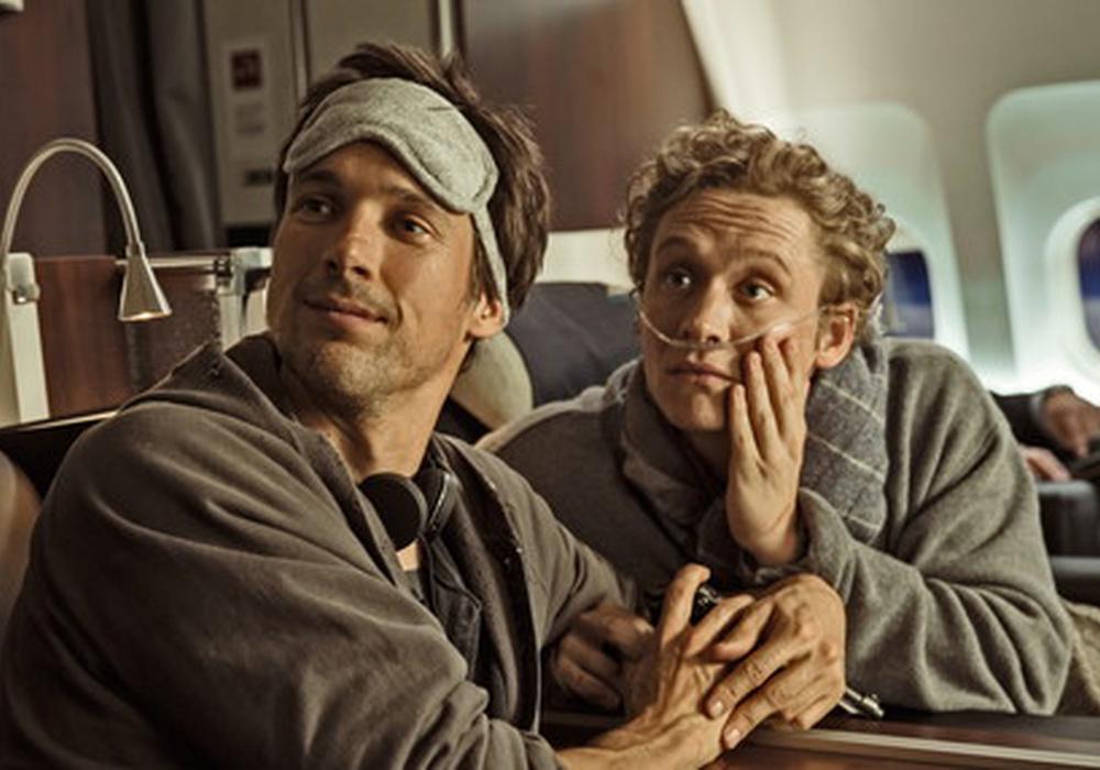 Benno und Andi im Flieger nach Afrika. Foto: Warner Bros. GmbH
