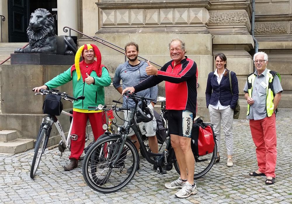 Kaum aus Schöppenstedt in Wolfenbüttel angekommen, stand für den Gast aus Belgien ein Besuch der HAB auf dem Programm. V. l.: Till Eulenspiegel (Dag Wachsmann), Blogger Bjorn Troch, Lothar Falkenberg (Mitradler aus Schöppenstedt), Antje Dauer (Pressesprecherin der HAB) und Stadtführer Dr. Wolfgang Heinzel. Foto: Stadt Wolfenbüttel