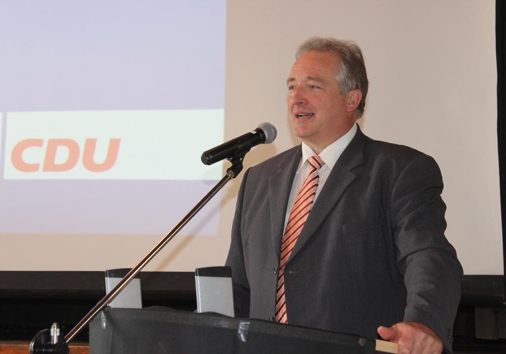 """Der CDU-Landtagsabgeordnete Frank Oesterhelweg kündigt an, dass es keine Zusammenarbeit mit  der """"AfD"""" und der Partei """"Die Linke"""" geben wird. Foto: Anke Donner"""