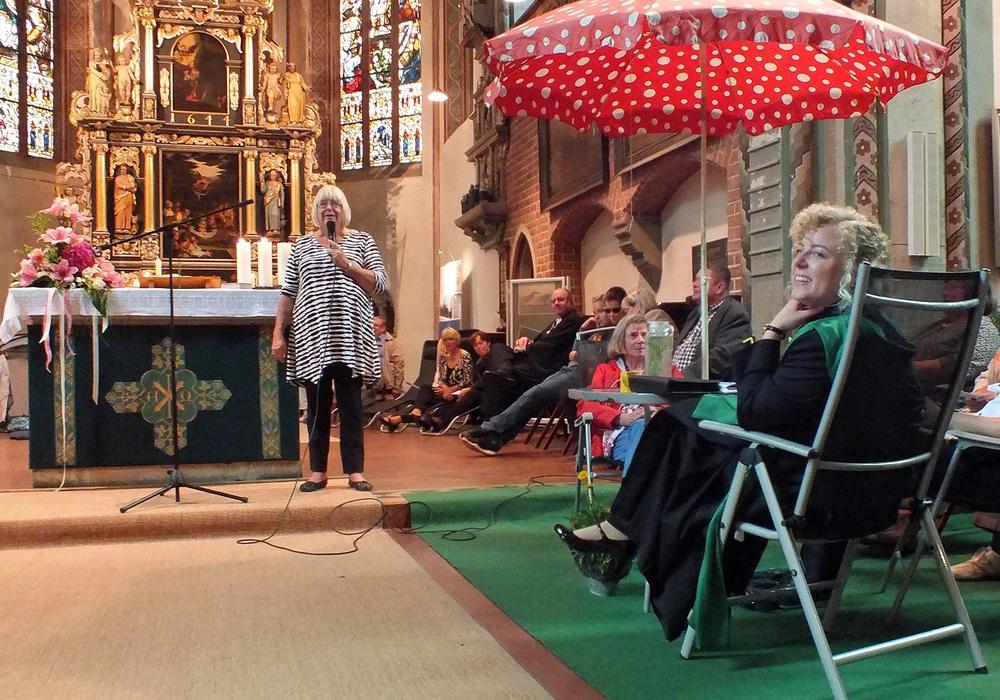Regine Wantier kündigt eine Ansichtskartenaktion an, die an allen Sehnsuchtsorten geschrieben werden soll. Fotos: Achim Klaffehn