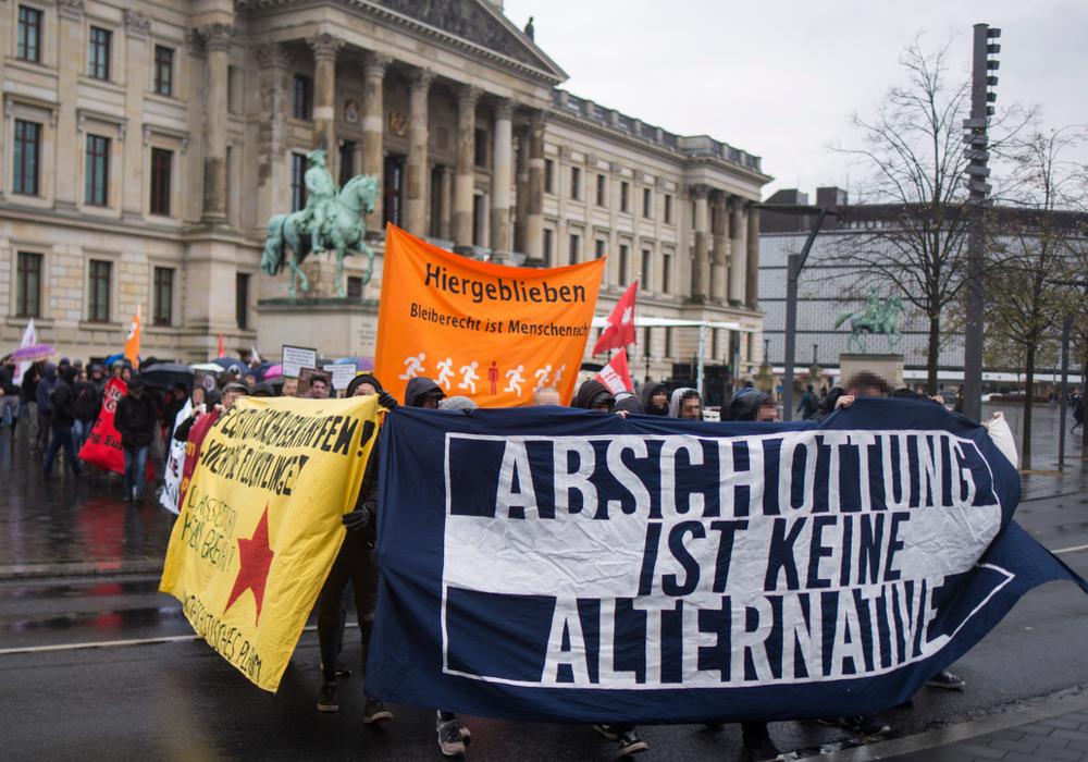 Die Arbeitsgruppe fordert ein Abschiebestopp und Bleiberecht für alle. Foto: Jannis Große