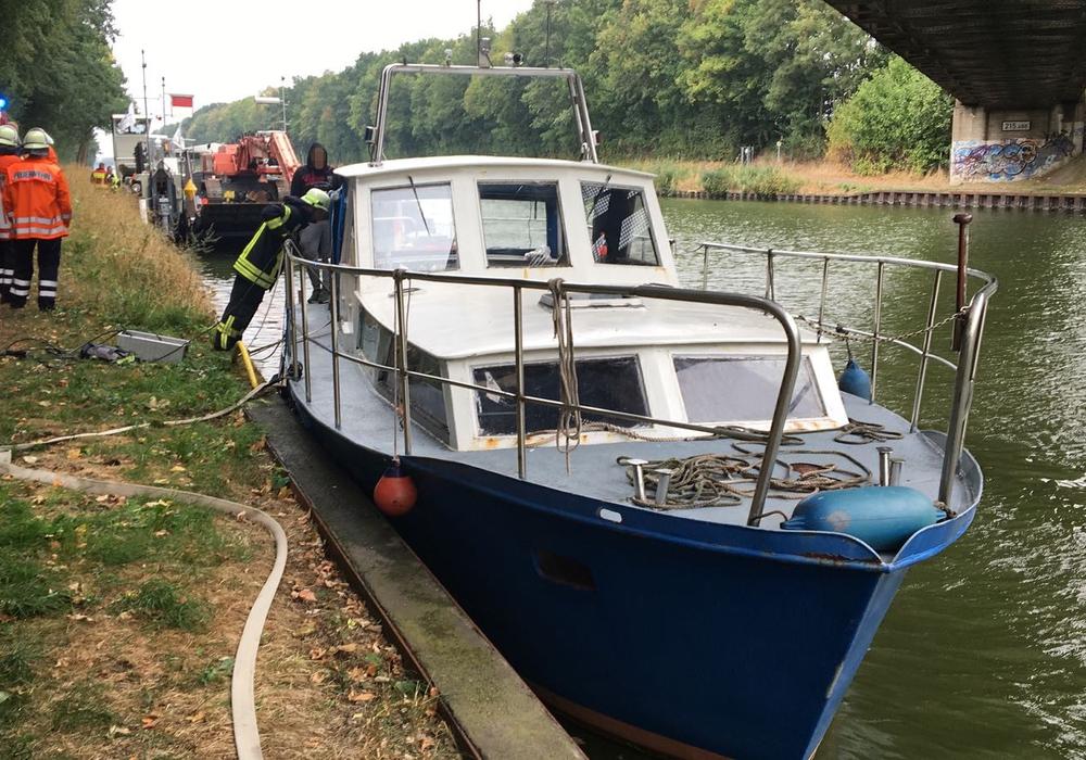 Das Boot wurde von der Feuerwehr vor dem Sinken gerettet. Fotos: aktuell24/Kr