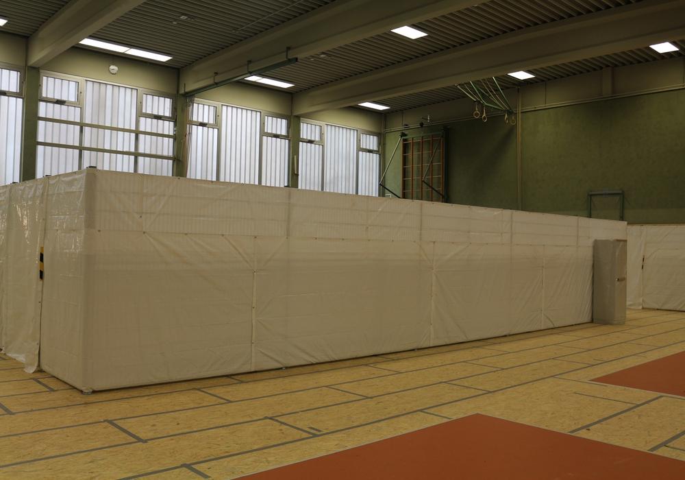 So sind die Flüchtlinge in der Turnhalle Watenbüttel untergebracht. Foto: Robert Braumann