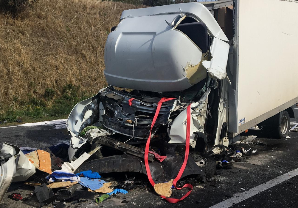 Wieder kam es zu einem schlimmen Unfall auf der A2. So schlimm wurde das Führerhaus zerstört. Foto: Aktuell24(KR)