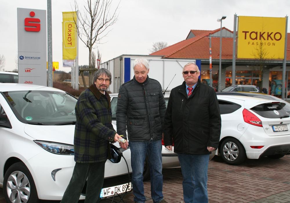 Diethelm Krause-Hotopp, Bernhard Brockmann und Burkhard Wittberg, (Ratsherren der Gemeinde Cremlingen) suchen vergeblich eine Ladestation für Elektroautos. Foto: Privat
