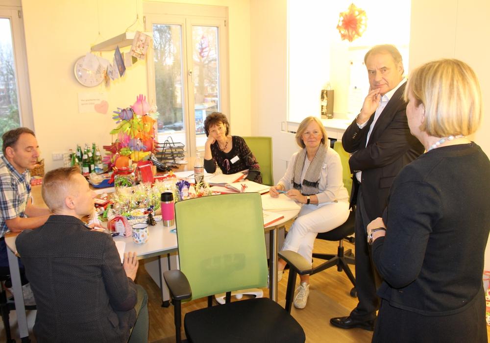 Ulrich Markurth im Gespräch mit einigen Mitarbeitern des Hospizes. Fotos: Alexander Dontscheff