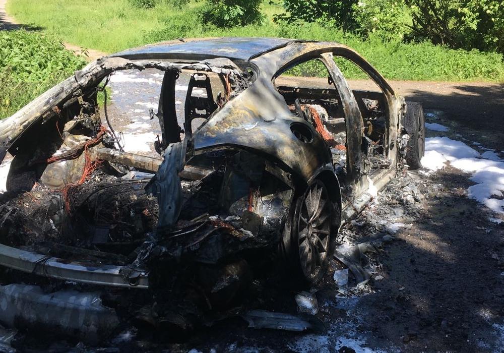 Porsche Panamera brennt vollständig aus. Fotos: Antonia Henker